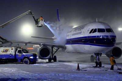 除冰车正在对南航a321飞机做除冰雪工作   林森摄