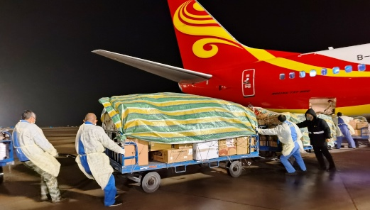 宜昌三峽機場30分鐘就卸下了重達6010公斤的各類防疫物資。(攝影:盧宏靖).jpg
