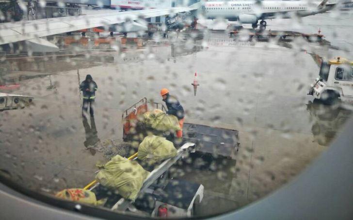 雨中忙碌-南航深圳分公司1.jpg